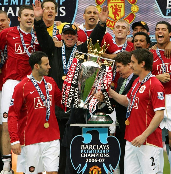 Alex Ferguson celebrates with team after winning the Premier League title in 2007