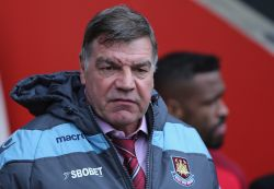 West Ham manager Allardyce signs new two-year deal