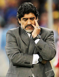 Maradona clashes with reporters on return to Buenos Aires