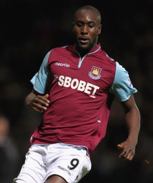 Former England striker Cole to leave West Ham