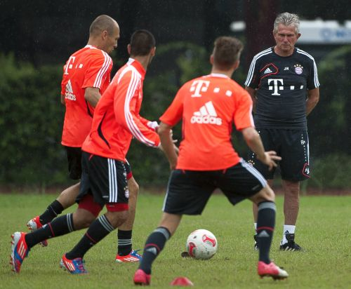 Head coach Jupp Heynckes of Bayern Muenchen watches Arjen Robben during a training session