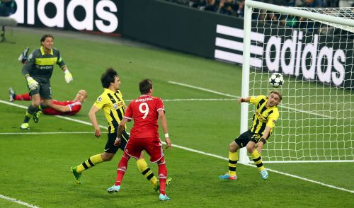 Mario Mandzukic of Bayern Muenchen scores a goal past Marcel Schmelzer of Borussia Dortmund (R) and Mats Hummels of Borussia Dortmund (L) during the UEFA Champions League final match between Borussia Dortmund and FC Bayern Muenchen at Wembley Stadium
