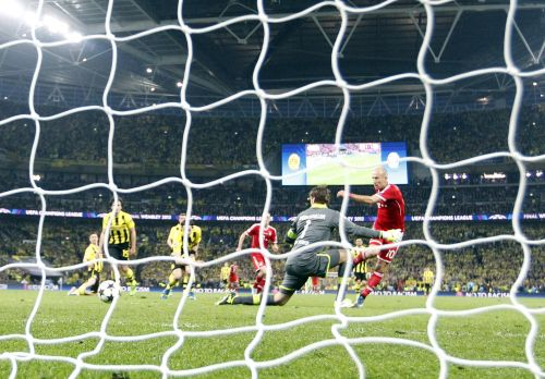 Bayern Munich's Arjen Robben (R) shoots to score past Borussia Dortmund's goalkeeper Roman Weidenfeller (2nd R) during their Champions League Final soccer match at Wembley Stadium