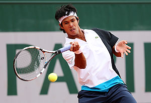 Somdev Devvarman plays a forehand against Daniel Munoz-De La Nava in first round of the French Open at Roland Garros on Sunday