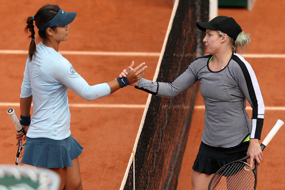 Na Li of China congratulates Bethanie Mattek-Sands of United States of America on victory