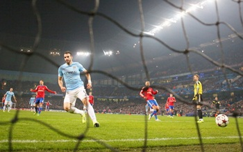 Alvaro Negredo scores the fourth goal for Manchester City