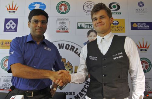 India's Viswanathan Anand (L) shakes hands with Norway's Magnus Carlsen