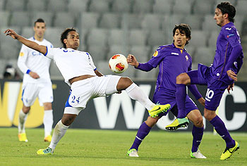 Pandurii Targu-Jiu's Eric Pereira (left) challenges Fiorentina's Alberto Aquilani (right) and Matias Fernandez during their Europa League match in Cluj Napoca on Thursday