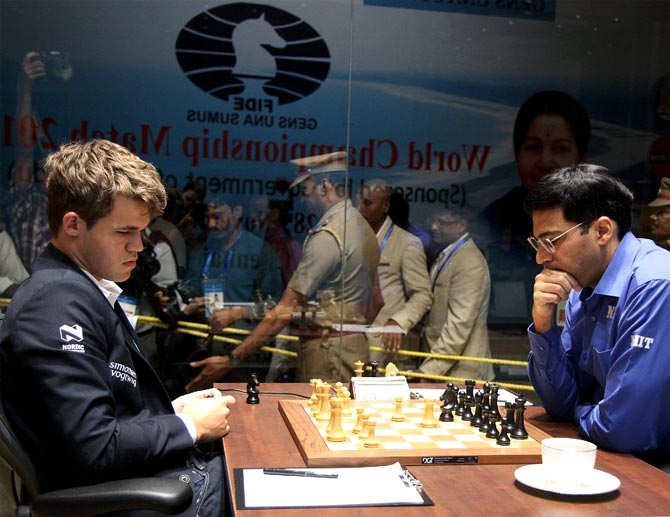Viswanathan Anand (right) in action against Magnus Carlsen
