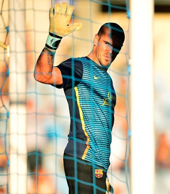Barcelona keeper Valdes out till end of year