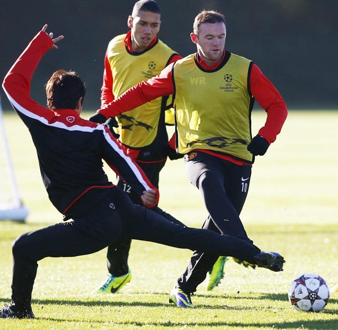 Manchester United's Shinji Kagawa challen