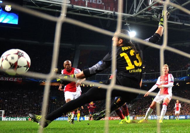 Ajax Amsterdam's Thulani Serero (L) scores past Barcelona's goalkeeper Jose Manuel Pinto (C) during their Champions League group H soccer match