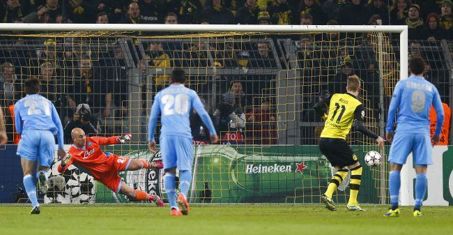 Borussia Dortmund's Marco Reus (2R) scores a penalty goal against Napoli's goalkeeper Pepe Reina