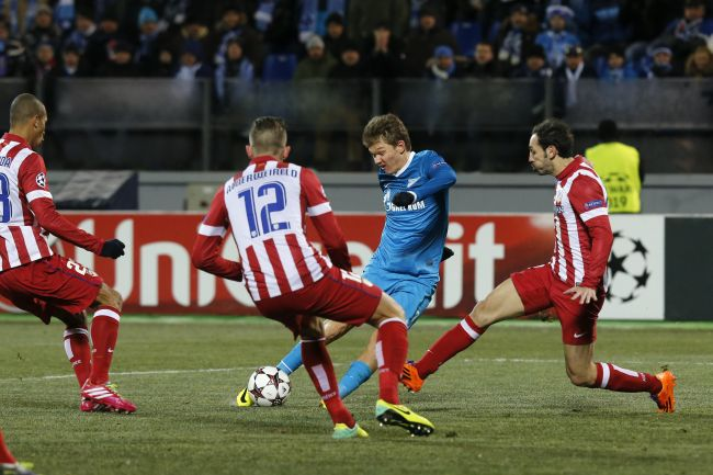 Zenit St Petersburg's Oleg Shatov (2nd R) shoots as Atletico Madrid's Juanfran (R) and Toby Alderweireld (2nd L) attempt to block him during the Champions League soccer match