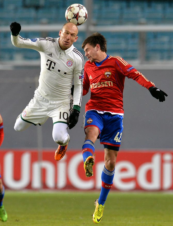 Bayern Munich's Arjen Robben clashes against Georgi Schennikov (right) of CSKA Moscow