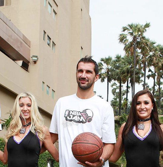Peja Stojakovic with cheerleaders