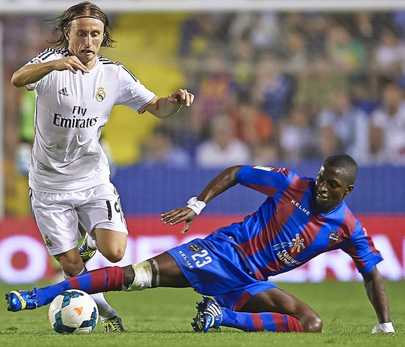 Luka Modric (left) of Real Madrid competes for the ball with Papakouly Diop of Levante