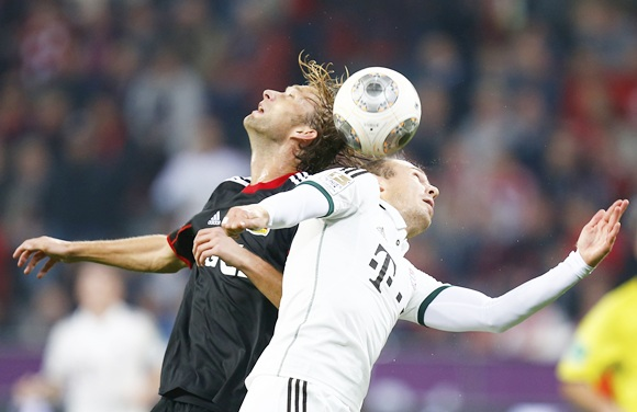 Simon Rolfes (left) of Bayer Leverkusen and Bayern Munich's Arjen Robben head the ball