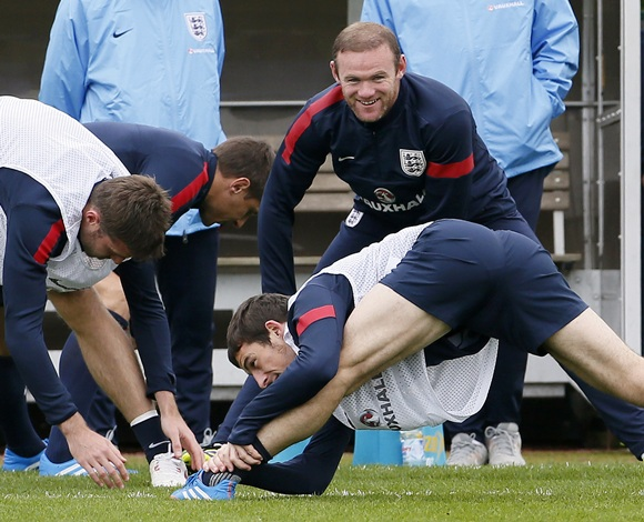 England's Wayne Rooney (right top) and Leighton Baines (bottom) take part in a training session