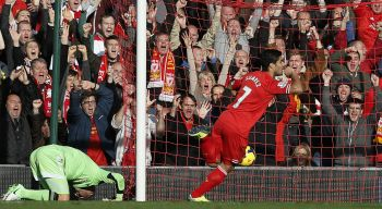 Suarez hat-trick keeps Liverpool on Arsenal's tail