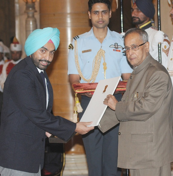 President Pranab Mukherjee presents the Rajiv Gandhi Khel Ratna Award to Ronjon Sodhi