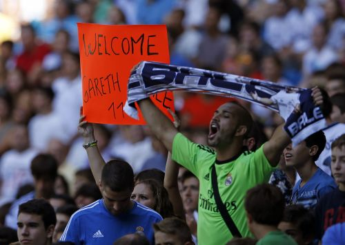 Real Madrid fans welcome Gareth Bale on his arrival to Real Madrid club