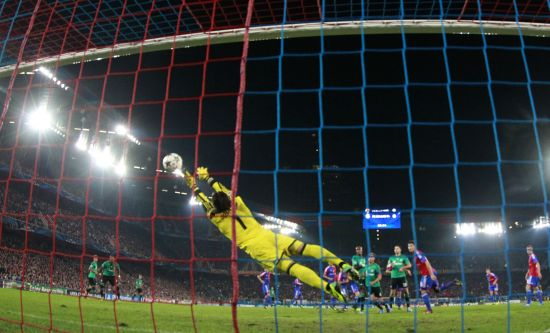 Schalke 04's Julian Draxler scores past Basel's goalkeeper Yann Sommer (C) during their Champions League Group E soccer match