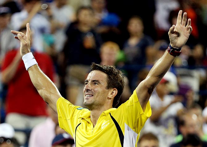 Tommy Robredo celebrates after beating Roger Federer