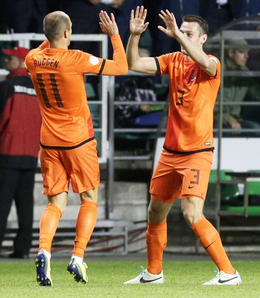 The Netherlands' Arjen Robben (left) celebrates with teammate Stefan de Vrij