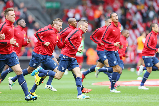 Tom Cleverley of Manchester United and teammates warm up