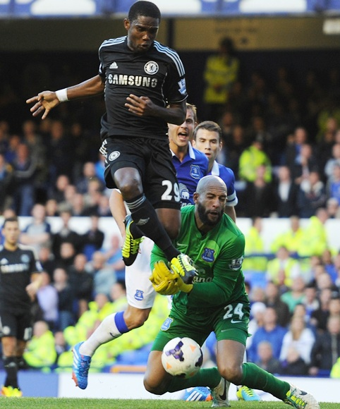 Samuel Eto'o of Chelsea collides with Tim Howard of Everton