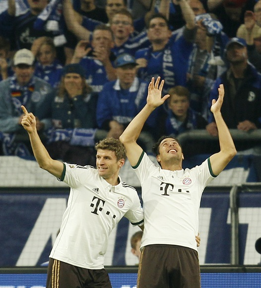 Bayern Munich's Thomas Muller and Claudio Pizarro (right) celebrate