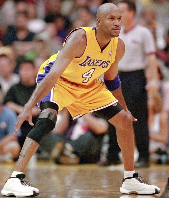 Ron Harper of the Los Angeles Lakers moves into position