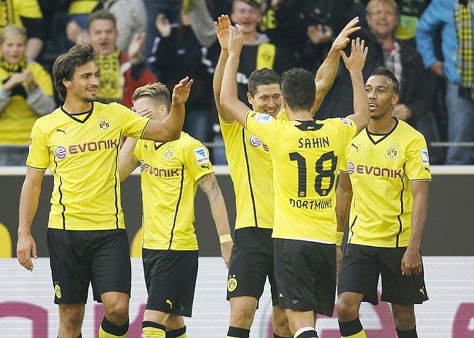Borussia Dortmund's Robert Lewanowski (cente) and teammates celebrate a goal