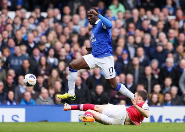 Thomas Vermaelen of Arsenal tackles Romelu Lukaku of Everton