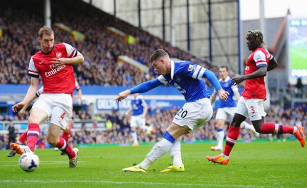 Ross Barkley of Everton shoots at goal during the Barclays Premier League match against Arsenal