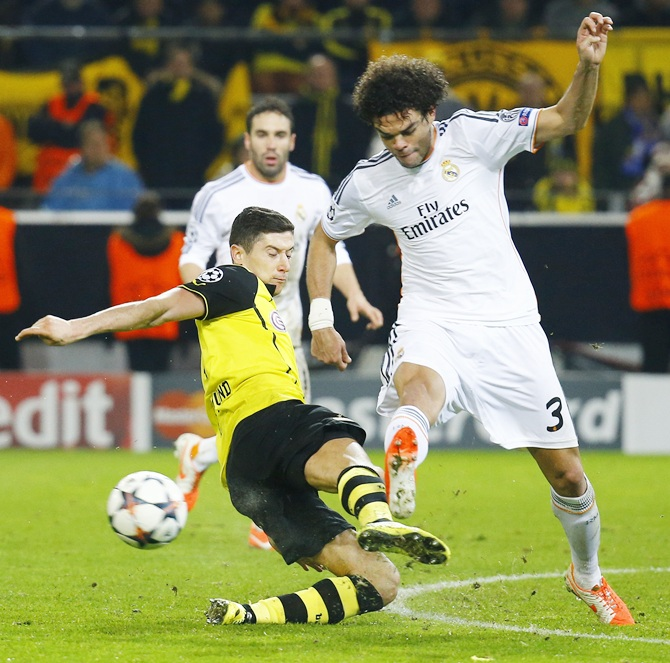 Borussia Dortmund's Robert Lewandowski,left, fights for the ball with Real Madrid's Pepe