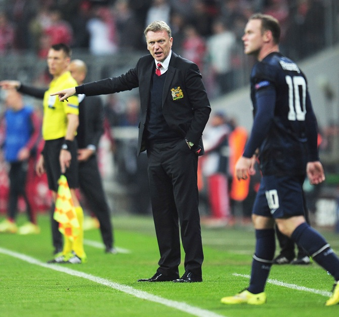 David Moyes, manager of Manchester United gives instructions to Wayne Rooney