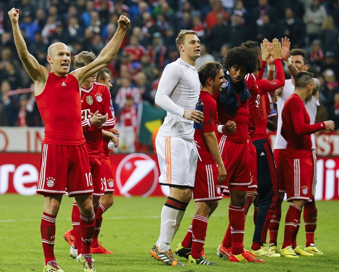 Bayern Munich's Arjen Robben, left, celebrates with teammates