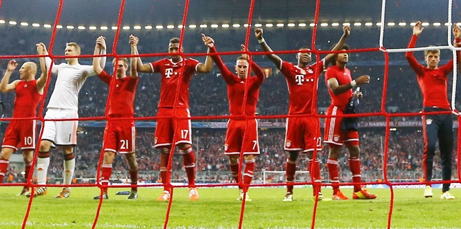 Bayern Munich team celebrates the win over Manchester United