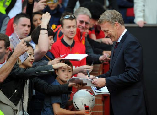 David Moyes signs autographs
