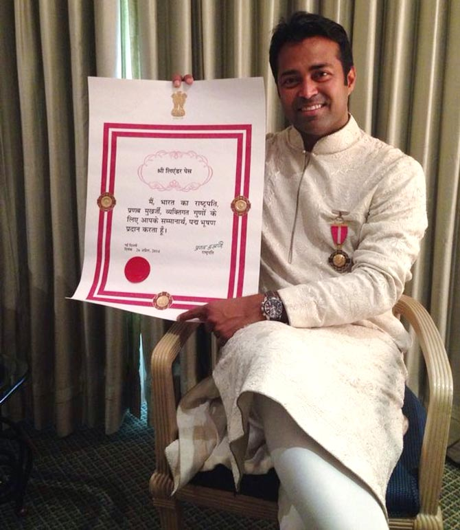 Leander Paes poses with the Padma Bhushan award