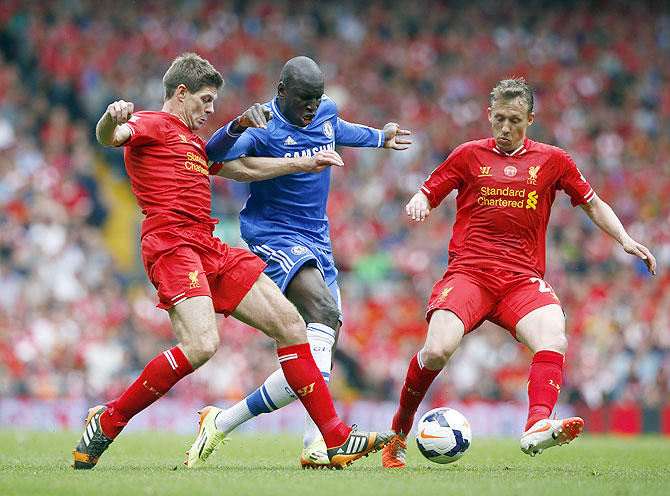 Chelsea's Demba Ba (centre) is challenged by Liverpool's Steven Gerrard (left) and Lucas on Sunday