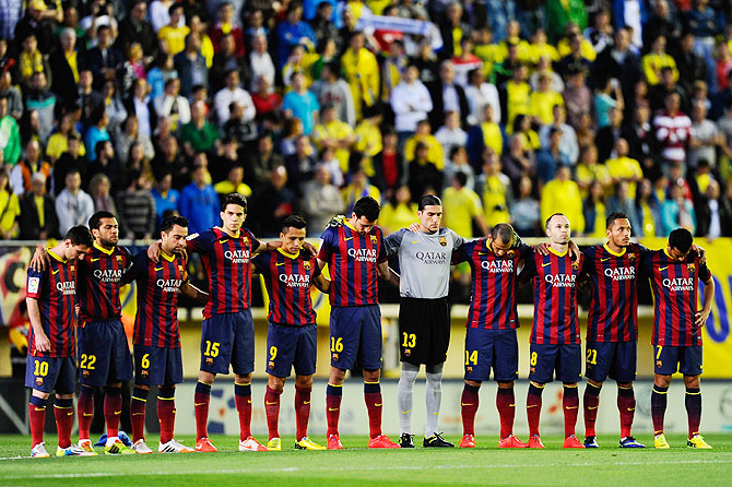 FC Barcelona players observe a minute's of silence in memory his coach Tito Vilanova during the La Liga match against Villarreal at El Madrigal stadium in Villarreal on Sunday