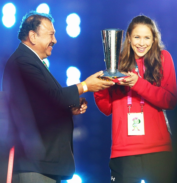 CGF President Prince Imran presents the The David Dixon Award to Rhythmic gymnast Francesca Jones of Wales during the Closing Ceremony