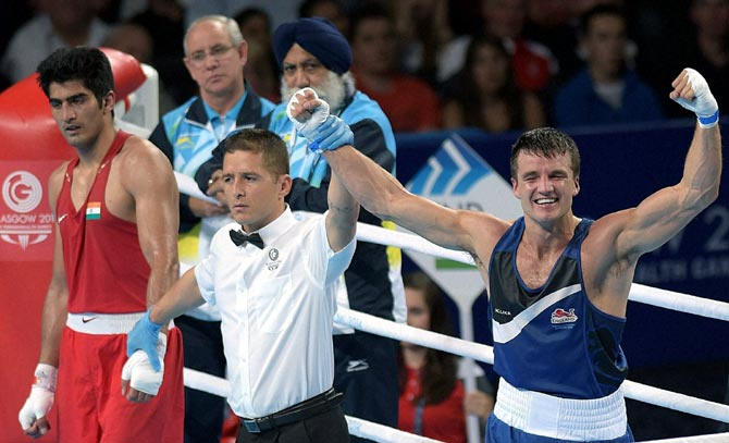 India's Vijender Singh (left) looks dejected as England's Antony Fowler is declared the winner