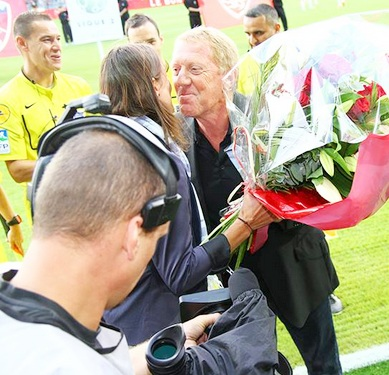 Brest coach Alex Dupont present Corinne Diacre with flowers