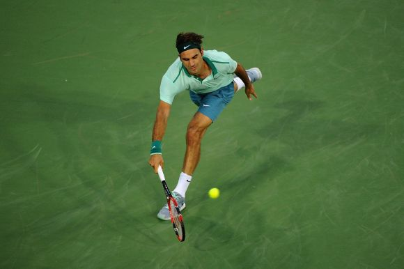 Federer advances