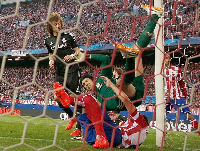 Chelsea's goalkeeper Petr Cech (centre)