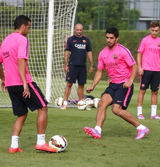 Luis Suarez trains with Barcelona teammates